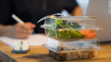 您将在午餐时享用沙拉以开始一个良好的开端。 但是尽量远离办公桌去吃午饭。