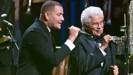 Johnny Pacheco canta con Victor Manuelle en la 22a edición de los Premios de la Música Latina ASCAP en 2014.