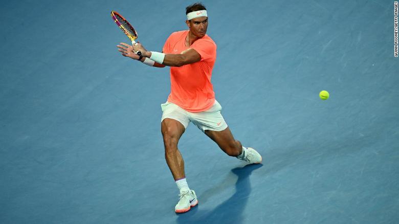 Nadal memainkan backhand selama pertandingannya melawan Tsitsipas.
