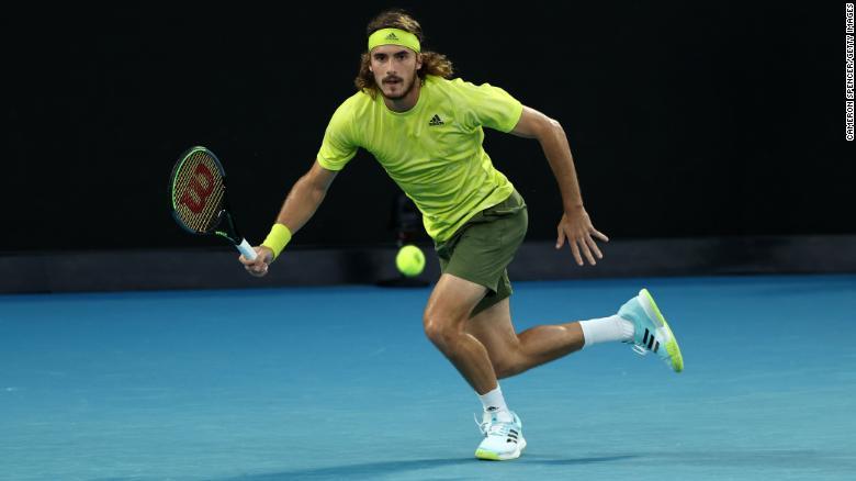 Tsitsipas melakukan pukulan forehand melawan Nadal.