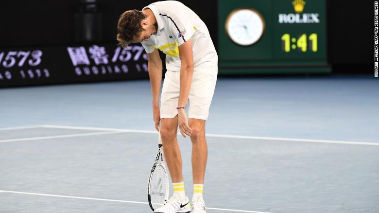 Daniil Medvedev ambruk setelah kehilangan set pembuka.