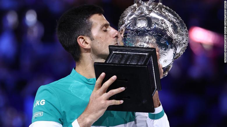 Novak Djokovic mengangkat gelar Australia Terbuka untuk kesembilan kalinya.
