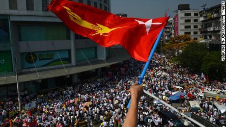 Riesige Demonstrationen in ganz Myanmar trotz der militärischen Warnung, dass Demonstranten ums Leben kommen könnten.