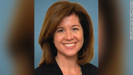 Covid yardım yasa tasarısında asgari ücret hükmüne aykırı karar veren Senato milletvekili Elizabeth MacDonough'a bak