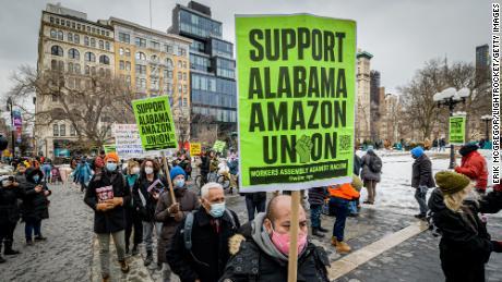 بایدن از کارگران آمازون که رای عمده اتحادیه را دارند پشتیبانی می کند