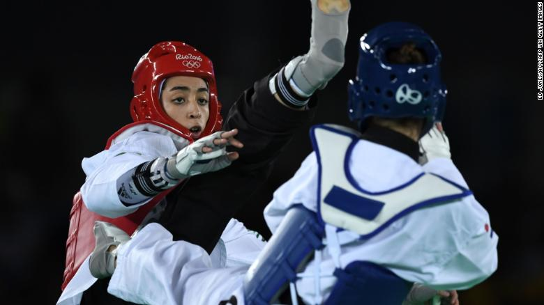 Kimia Alizadeh (Kiri) berkompetisi dengan Ana Zaninovic dari Kroasia pada laga kualifikasi taekwondo putri kategori -57kg sebagai bagian dari Olimpiade Rio 2016, pada 18 Agustus 2016, di Carioca Arena 3, di Rio de Janeiro.