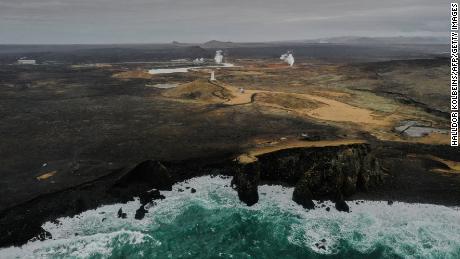 Una vista aérea tomada el 28 de febrero de 2021 muestra el faro y la planta de energía geotérmica cerca de la ciudad de Grindavik en la península de Reykjanes, Islandia.