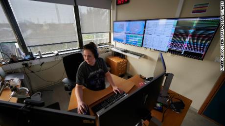 Una foto tomada el 27 de febrero de 2021 muestra a un especialista en peligros naturales en la Oficina Meteorológica de Islandia en Reykjavik, que está monitoreando la situación en la península de Reykjanes, Islandia.