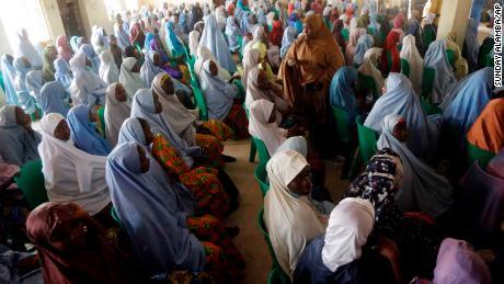 قال شهود إن أعمال العنف الدامية تقضي على لم الشمل بين التلميذات والآباء في نيجيريا