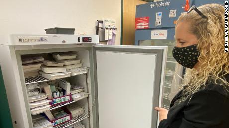 Vaksin Moderna dikunci dengan aman di lemari es di Departemen Kesehatan dan Darurat Gila County.