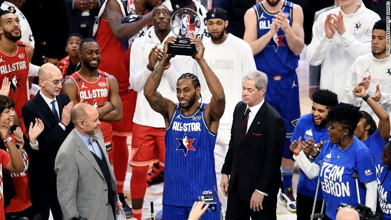Kawhi Leonard dari Team LeBron merayakan dengan trofi tersebut setelah dinobatkan sebagai Kobe Bryant MVP dalam NBA All-Star Game ke-69 pada tahun 2020.