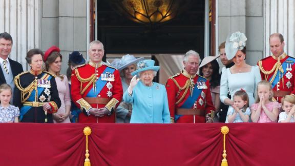 Des membres de la famille royale saluent le public depuis le balcon du palais de Buckingham