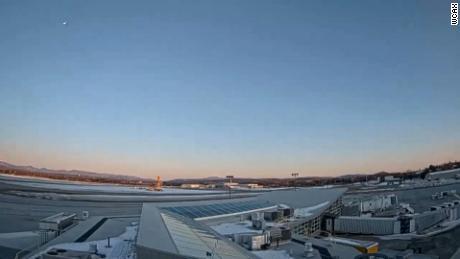 Meteors, kas redzams šī attēla augšējā kreisajā stūrī un kuru svētdien, 7. martā, uztvēra barošanas kamera lidostā Burlingtonā, Vermontā.