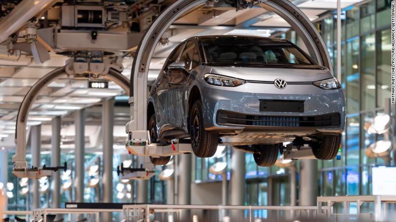 ID.3 mengapung di sepanjang jalur perakitan di pabrik Volkswagen di Jerman.