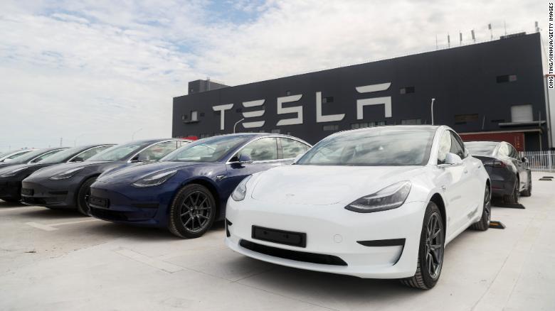 Kendaraan model 3 di gigafactory Tesla di Shanghai.