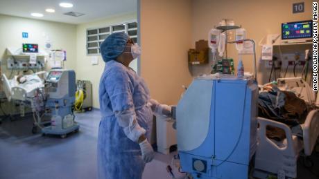 2021 년 3 월 5 일 브라질 리우데 자네이루에있는 호날두가 졸라 시립 종합 병원의 중환자 실 (ICU)에서 의료 종사자가 COVID-19 환자를 돌보고 있습니다.
