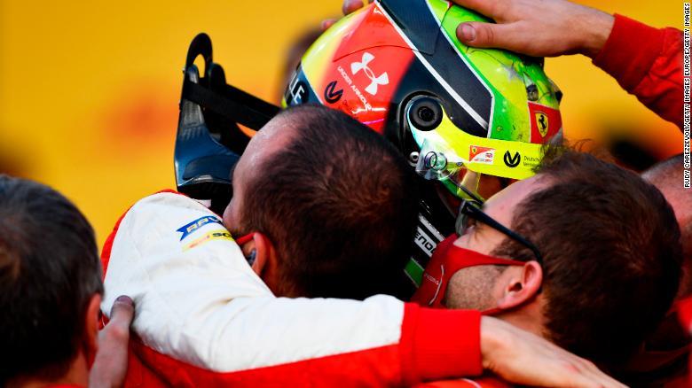 Mick Schumacher merayakan dengan Prema Racing setelah memenangkan kejuaraan F2.