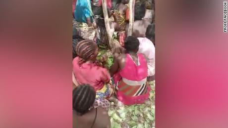 ظهر يوم السبت مقطع فيديو مثير للقلق لطلاب اختطفوا من جامعة في ولاية كادونا بشمال غرب نيجيريا ، محتجزين تحت تهديد السلاح وضربهم خاطفوهم بالسوط.