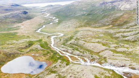 Zeigt einen gewundenen Fluss in Grönland.