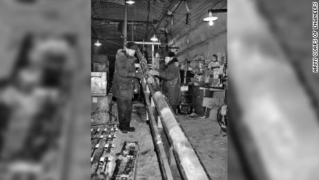 Μηχανικοί από το Εργαστήριο Έρευνας και Μηχανικής Ψυχρών Περιφερειών καταλαμβάνουν έναν πυρήνα πάγου στο Camp Century, Greenland, ca.  1966.