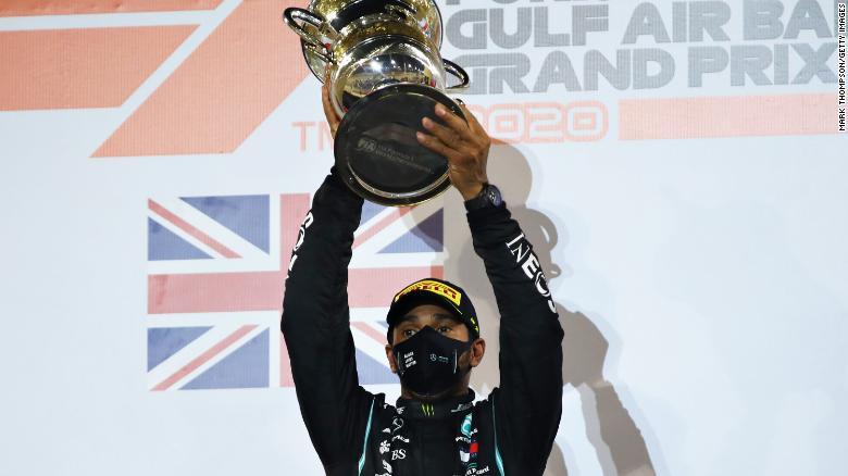 Lewis Hamilton merayakan di Grand Prix F1 di Bahrain.
