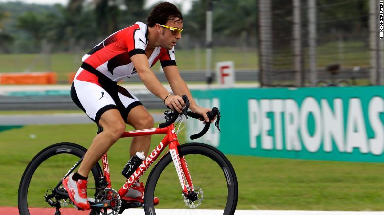 Alonso mengendarai sepedanya mengelilingi sirkuit Grand Prix Malaysia saat membalap untuk Ferrari pada 2013.