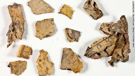 Fragmentos de pergaminho do Mar Morto encontrados na caverna do deserto