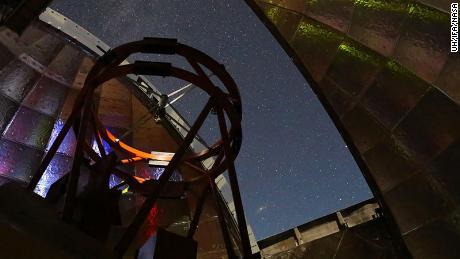 Esta foto mostra a visão da cúpula do sistema de telescópio infravermelho da NASA.