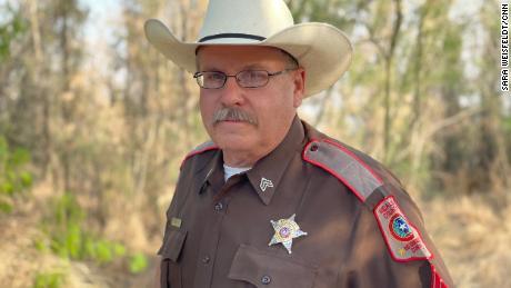 Sargento de reserva, suboficial de policía Dan Broyles.