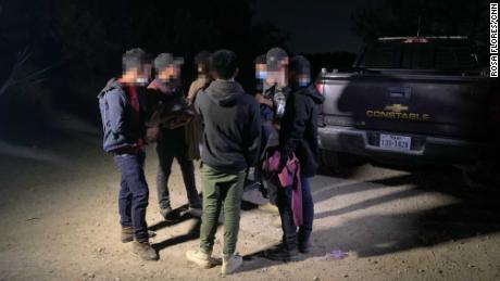 Un policía encuentra a un grupo de adolescentes migrantes de Guatemala.  CNN oscureció los rostros de los adolescentes para proteger sus identidades.
