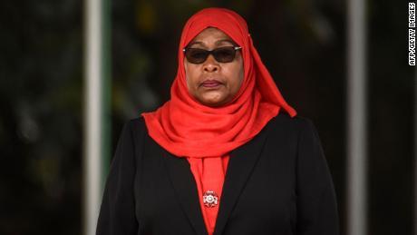 Le président tanzanien abandonne le rejet des masques par son prédécesseur