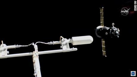 Der Sojus ist sichtbar (rechts), wenn er um die Raumstation fliegt.
