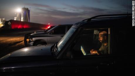 Džeks Bīrs atraž fotogrāfijas savā automašīnā netālu no SpaceX palaišanas vietas.