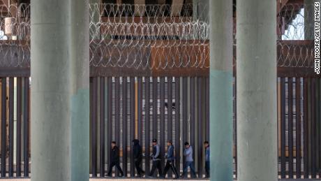CBP contrata más agentes para cruzar la frontera entre Estados Unidos y México en medio de la afluencia de inmigrantes