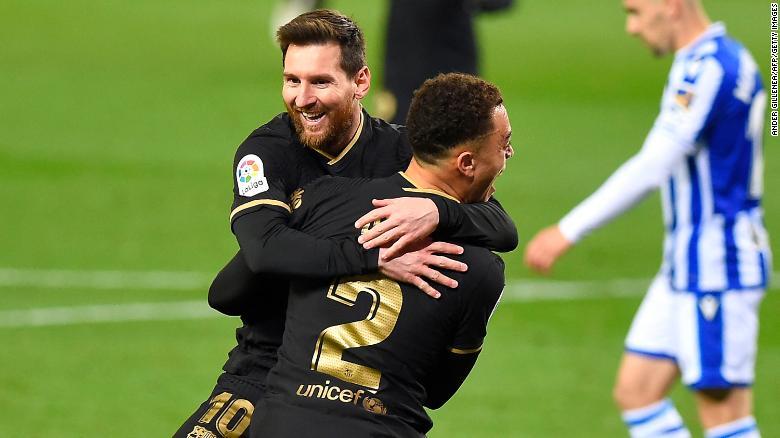 Dest merayakan dengan Messi setelah mencetak gol melawan Real Sociedad.