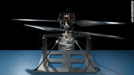 Esta foto mostra a foto de um helicóptero que foi capturada enquanto estava no solo.