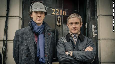 Benedict Cumberbatch (memakai topi) dan Martin Freeman di Markas Baker Street.