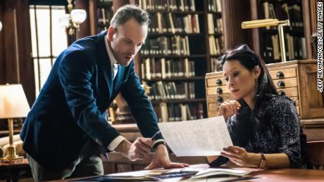 Holmes (Johnny Lee Miller) dan Watson (Lucy Liu) sedang mencari petunjuk.