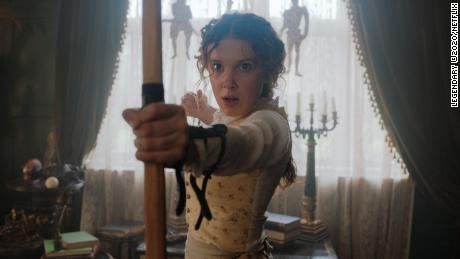 Enola Holmes (Millie Bobby Brown) sedang mempelajari keterampilan hidup.