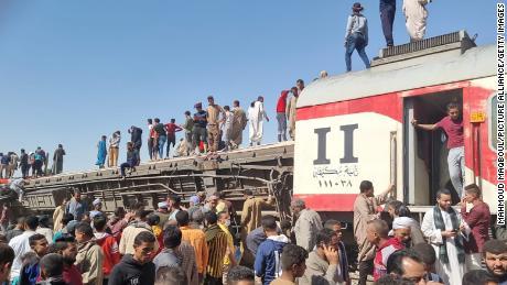 تضرر سيارات بعد اصطدام قطاري ركاب قرب طهطا.
