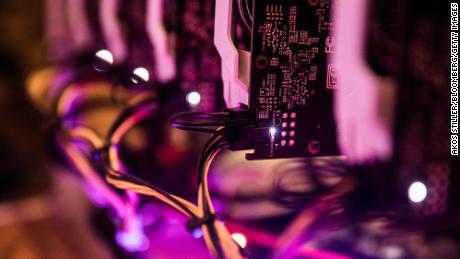 پردازنده های گرافیک (GPU) به ترتیب & # 39؛  سکوی استخراج معادن & # 39؛  رایانه ای که برای حفاری ارز رمزپایه Ethereum ، در بوداپست ، مجارستان ، در روز چهارشنبه ، 31 ژانویه 2018 استفاده شد.