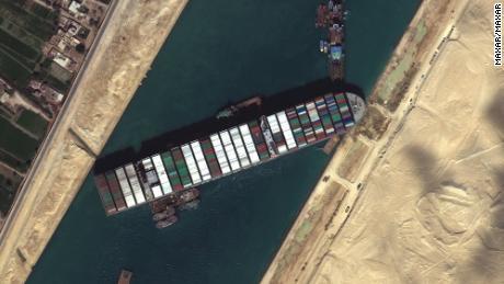 Buldozery pracují na uvolnění uvízlé kontejnerové lodi Evergiven v sobotu.