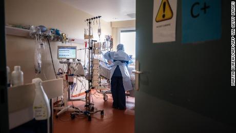 Une infirmière prend en charge un patient souffrant de Covid-19 au service de réanimation du Centre hospitalier privé de l'Europe au Port-Marly, le 25 mars 2021.