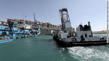 Ein Schlepper, der am 28. März auf dem Containerschiff Ever Given im Suezkanal operiert.