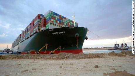 Am 28. März laufen die Flotationsarbeiten an Ever Given im Suezkanal.