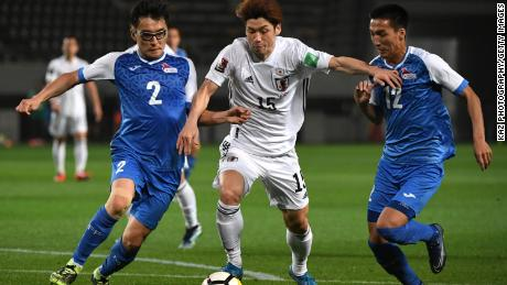 Osako keeps the ball under the challenge from Mongolian players.