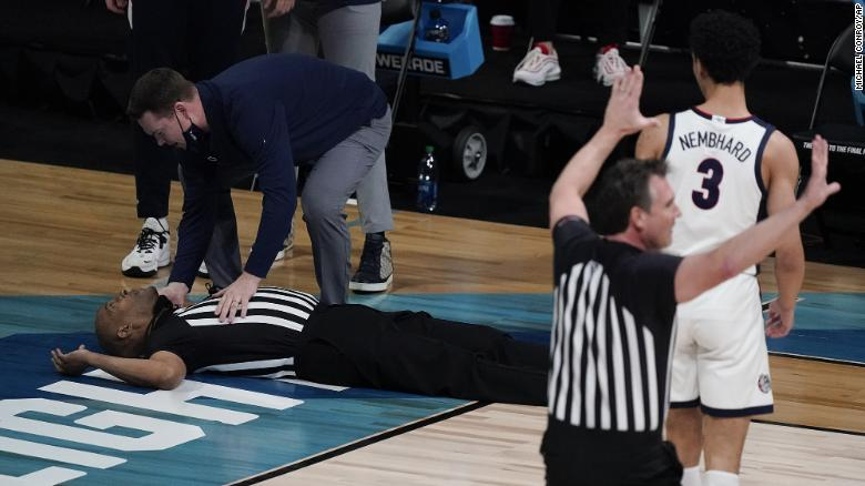 Official collapses at NCAA men's tournament game between Gonzaga and USC