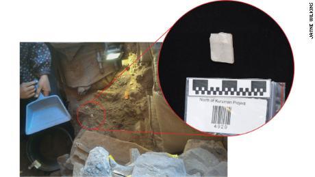 Le cristal de calcite est extrait de sédiments vieux de 105 000 ans à Ga-Mohana Hill North Rockshelter.