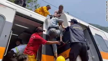 Στις 2 Απριλίου, ένας επιβάτης επιβιβάστηκε σε ένα εκτροχιασμένο τρένο στην κομητεία Houlian της Ταϊβάν.