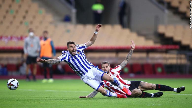 Inigo Martinez dari Athletic Bilbao menangani Portu dari Real Sociedad yang berujung pada keputusan penalti dan kartu merah yang kemudian diubah menjadi kartu kuning oleh VAR selama final Copa del Rey.